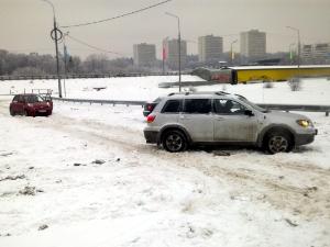 Автомобилисты и пешеходы жалуются на снежные завалы