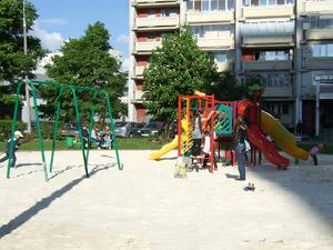 Детские площадки засыпали необычным песком