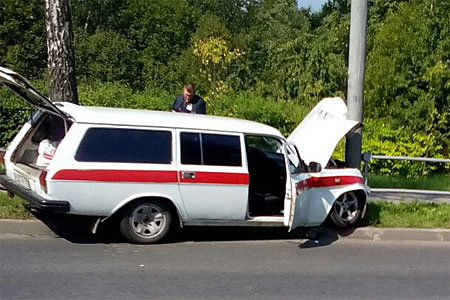 Медицинский автомобиль с четырьмя пенсионерками врезался в столб на Панфиловском проспекте