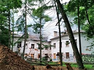 Возле 10-го микрорайона загорелось бывшее общежитие ФСИН