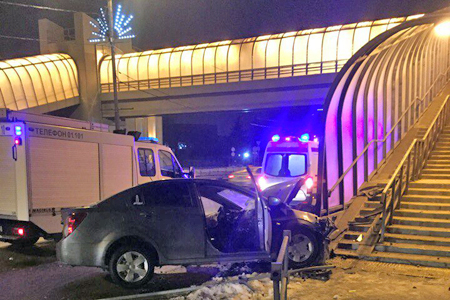 Два человека пострадали при столкновении машины с пешеходным мостом на Солнечной аллее