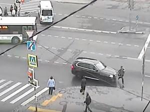 Автомобиль сбил пешехода на Привокзальной площади