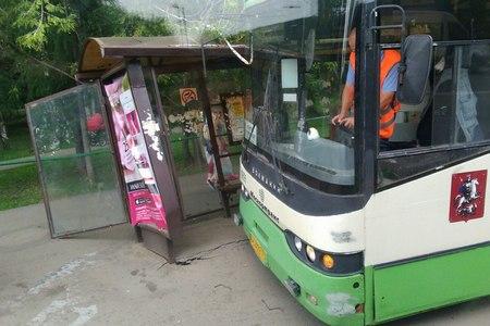 400-й автобус врезался в остановку на «Речном вокзале»