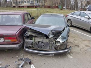 Нетрезвый водитель повредил пять машин в 1-м микрорайоне
