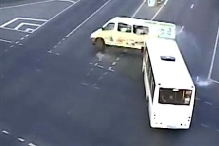 Опубликовано видео опрокидывания маршрутки у Крюковской эстакады