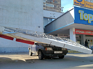 Вывеска «Акадо» упала на машины в 4-м микрорайоне