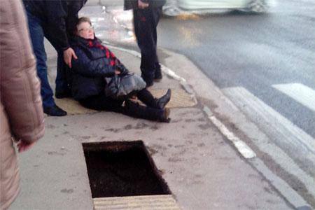 Дорожники навестили в больнице провалившуюся под землю женщину