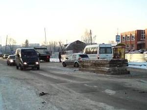 С грузовика на проезжую часть упали железобетонные плиты