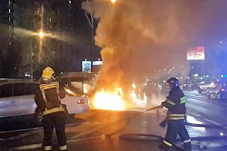 Очевидцы автопожара на Панфиловском проспекте спасли от огня несколько машин