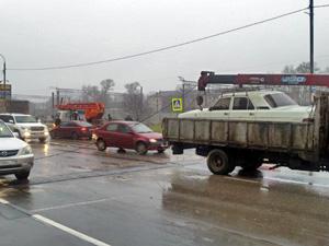Оборванный провод остановил движение на Новокрюковской улице
