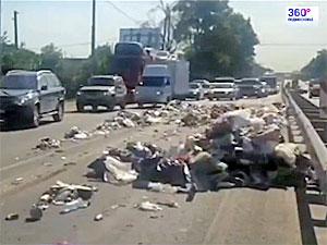 Грузовик засыпал мусором Ленинградку возле Елино