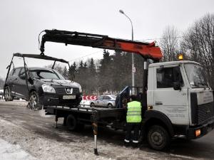 На Озерной аллее массово эвакуируют автомобили