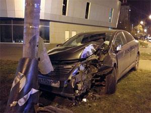 Легковушка врезалась в столб на Новокрюковской улице