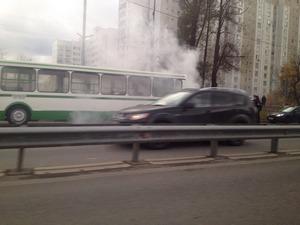 На улице Логвиненко загорелся автобус
