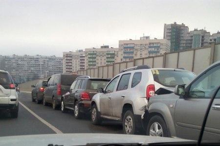 На Крюковской эстакаде утром собрался «паровозик» из пяти машин
