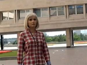 У префектуры прогулялась женщина-робот