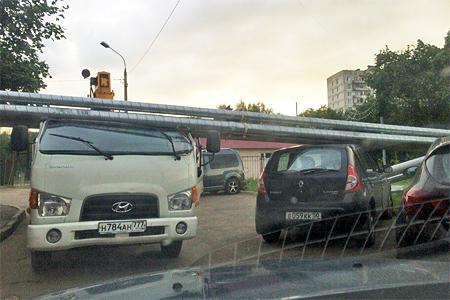 Надземный трубопровод рухнул на машины в Андреевке