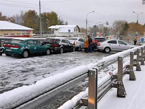 Массовая авария заблокировала движение на «старом мосту»