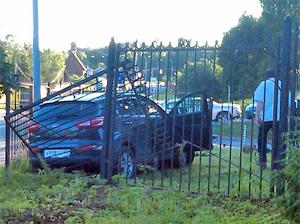 На Панфиловском проспекте автомобиль пробил забор у дома