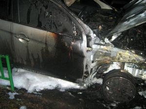 Два японских автомобиля пострадали от огня в 12-м микрорайоне