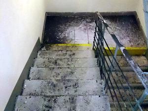 Горящий мусор закоптил семь этажей дома
