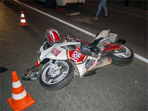 Мотоциклист сбил переползавшего дорогу мужчину