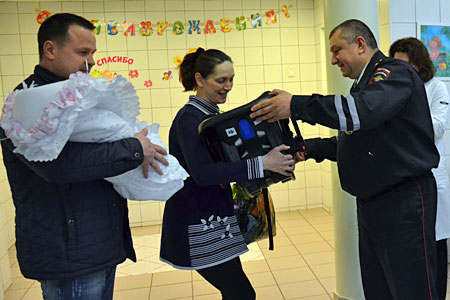 В зеленоградском роддоме молодым родителям подарили автолюльки
