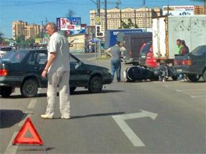 Автомобиль сбил мотоциклиста на улице Логвиненко
