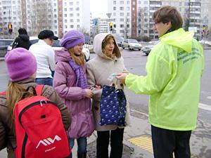 На Солнечной аллее пешеходам раздали листовки по ПДД