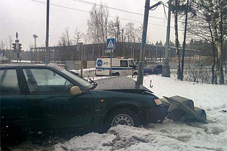 В Северной промзоне легковушка врезалась в светофор