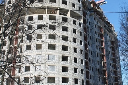 Новый подрядчик должен достроить дом в 8-м микрорайоне к концу года