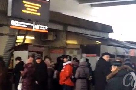 Из-за отключения электричества на станции Крюково образовались большие очереди в кассы
