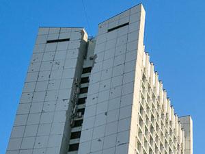 Прохожие увернулись от падающих с фасада бизнес-центра железных решеток