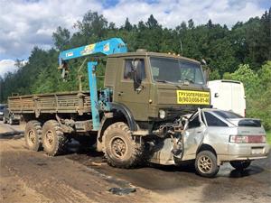 На Льяловском шоссе водитель легковушки погиб под КамАЗом
