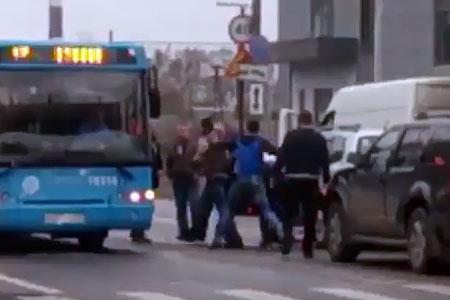 Водители и пешеходы устроили массовую драку на переходе у станции Крюково