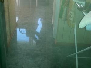 Трехкомнатную квартиру затопило кипятком из-за прорыва трубы