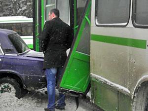 Автобус повредил три машины у завода «Квант»
