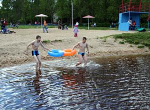 На пляже Черного озера заменят песок и установят шезлонги