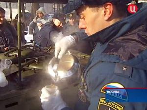 Во время снегопадов спасатели по ночам кормят дворников