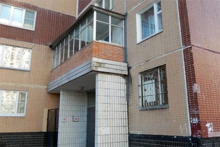 Жителя 14-го микрорайона обязали демонтировать балкон на козырьке подъезда