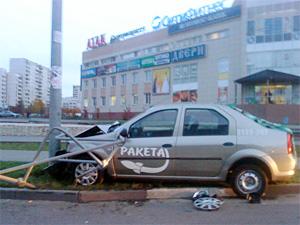 Такси врезалось в столб на Панфиловском проспекте