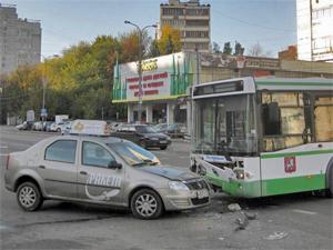 У площади Юности столкнулись автобус и такси «Ракета»