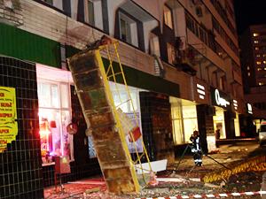 С дома в 6-м районе рухнула строительная люлька