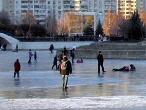 Спасатели запрещают горожанам выходить на лед водоемов
