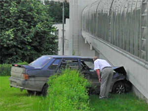 Автомобиль врезался в пешеходный мост у ДК