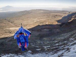 Бейс-джампер из Зеленограда совершил первый в истории прыжок с Килиманджаро