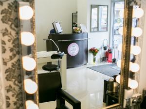 В ТЦ «Савелки» открылась студия красоты и визажа «Ликрос»