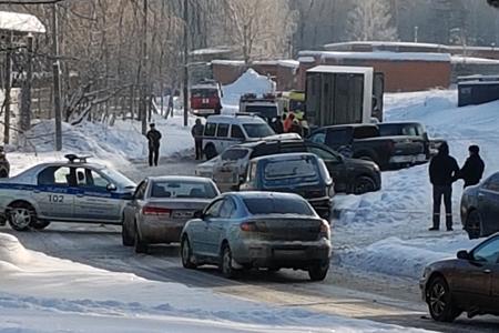 В Северной промзоне полиция оцепила подозрительный пикап