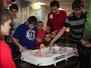 Игроки ХК «Зеленоград» подарили детскому дому настольный хоккей