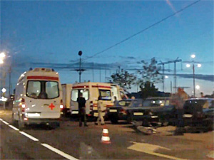 Скутерист с пассажиром врезался в машину